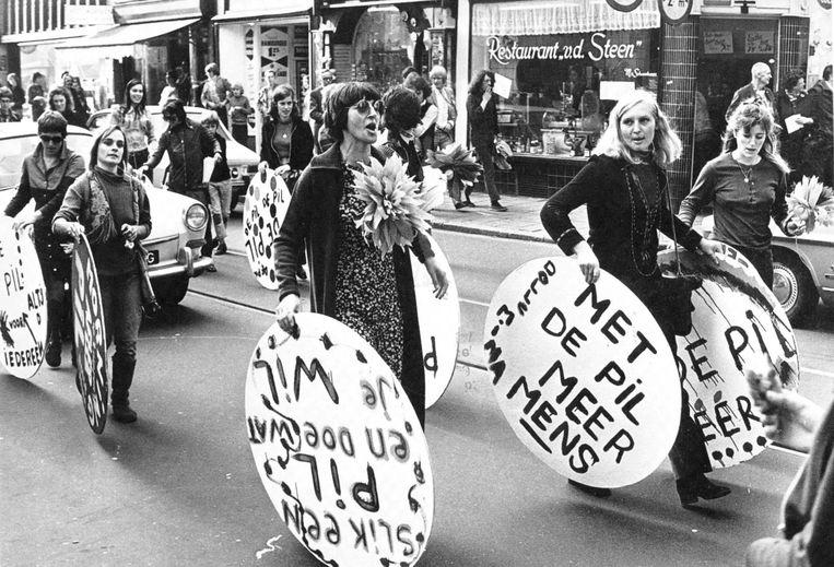 Dolle Mina-demonstratie op 11 oktober 1970. De dolle mina's eisten onder meer legalisering van abortus (baas in eigen buik) en opname van de pil in het ziekenfonds. Beeld Nationaal Archief