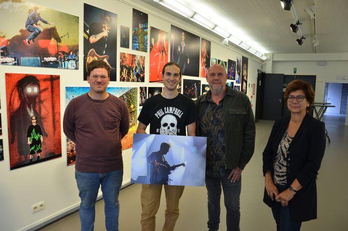 Frederik Rogiers, Victor Stans, Geert Van de Velde en cultuurschepen Marina Van Hoorick bij de wand met de foto's van Geert Van de Velde in het Cultureel Centrum.