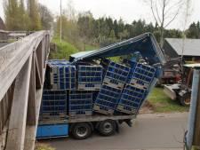 Fietsbrug Drunen total loss; vrachtwagenchauffeur rijdt zich klem; brug wordt gelicht