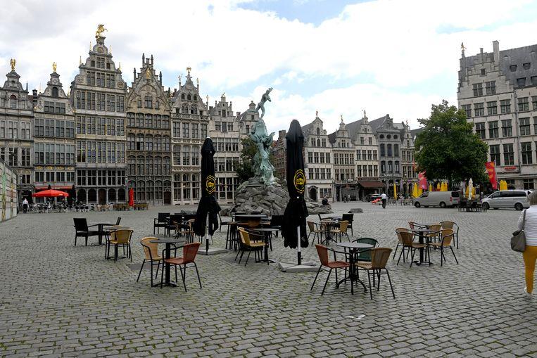 Een lege Grote Markt van Antwerpen. 'We moeten niet de gehele economie platleggen om corona te bestrijden', vinden de ondertekenaars. Beeld Photo News