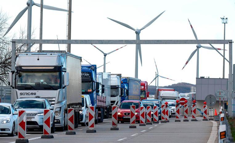 Controles aan de grens van Oostenrijk en Slovakije. Beeld AFP