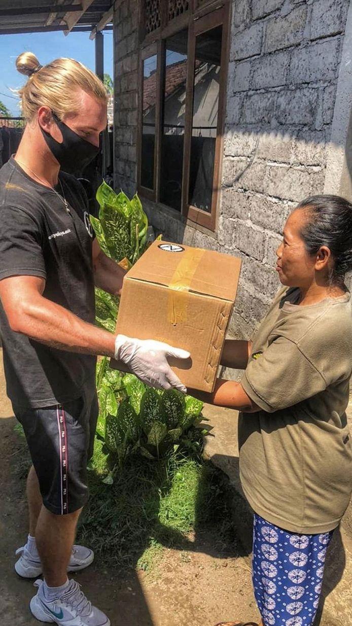 Als vrijwilliger van Awaydays Asia leverde Chiel Smellink voedselpakketten af bij inwoners van Bali.