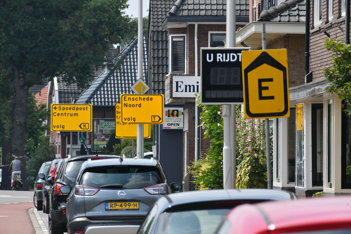TT-2019-012065 - Enschede -  In de hele regio wordt deze zomervakantie aan de weg gewerkt. We brengen de drie grootste knelpunten in beeld. In Enschede zijn veel wegen afgesloten. Langs de Oldenzaalsestraat als je Enschede binnenrijdt staan een paar borden achter elkaar editie alle      Foto Carlo ter Ellen DTCT CTE20190712