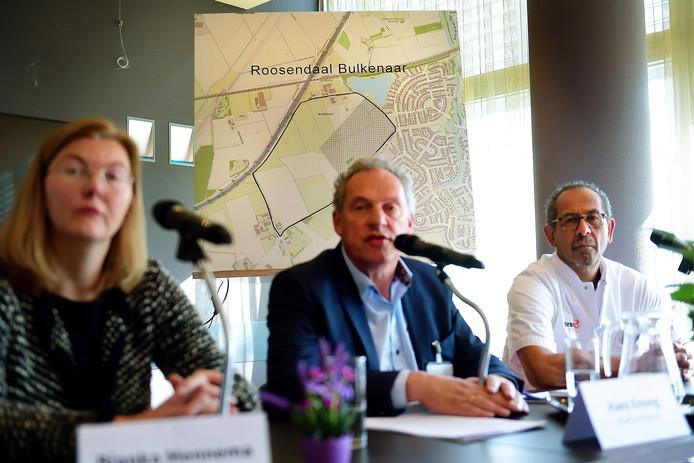De Raad van Bestuur van Bravis eerder dit jaar tijdens de bekendmaking van de nieuwe locatie van het ziekenhuis: Bulkenaar Roosendaal. Links Bianka Mennema en naast haar  Hans Ensing (rechts gynaecoloog Richard Pal).