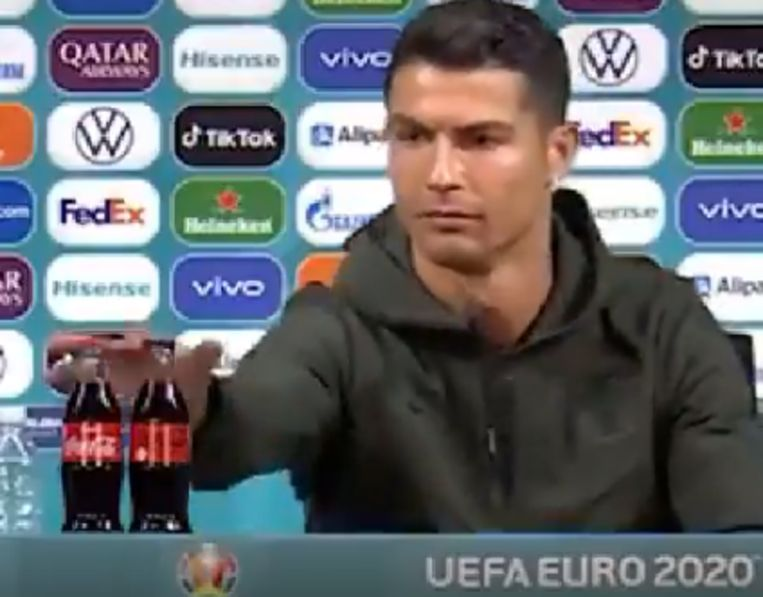 Cristiano Ronaldo neemt de flesjes weg. Beeld UEFA