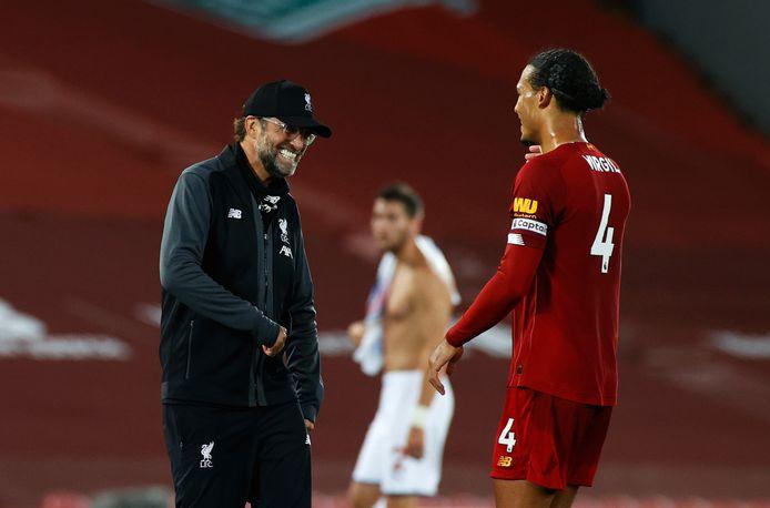 Liverpool-manager Jurgen Klopp heeft een onderonsje met Van Dijk.