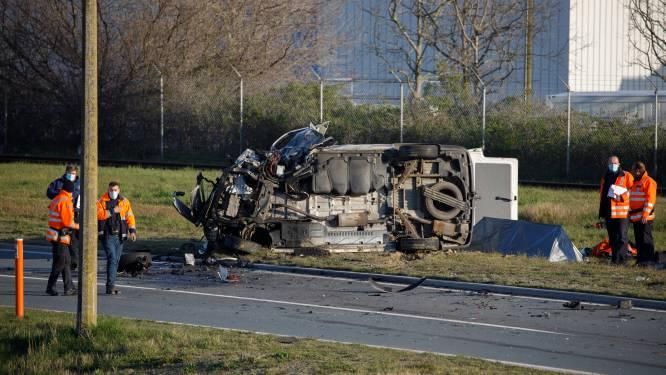 Bestelwagen knalt tegen vrachtwagen: één persoon overleden en drie zwaargewonden