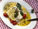 Heilbot uit de oven met tijm, citroen, trostomaatjes, asperges en beurre blanc met bieslook.
