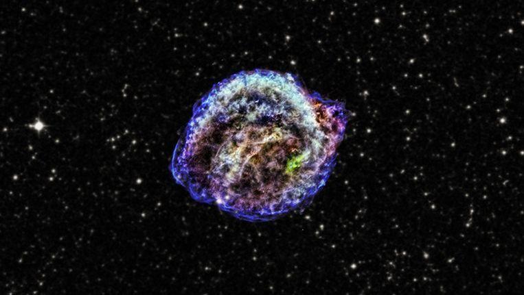 Een beeld van de röntgenstralen die zijn opgevangen, waarbij de kleuren in de foto verschillende energieniveau's voorstellen. Beeld X-ray: NASA/CXC/NCSU/M.Burkey et al.; optical: DSS