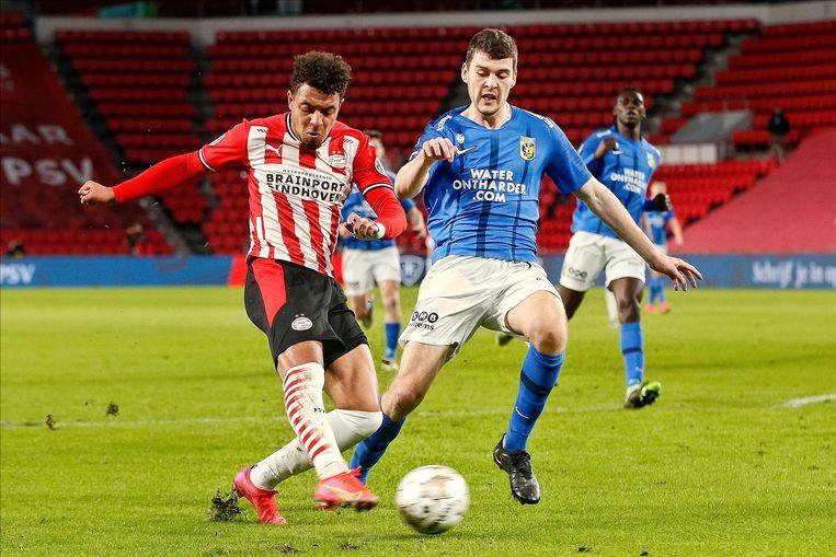 Donyell Malen (links) in duel met Vitesse-speler Jacob Rasmussen. Beeld Pro Shots / Thomas Bakker
