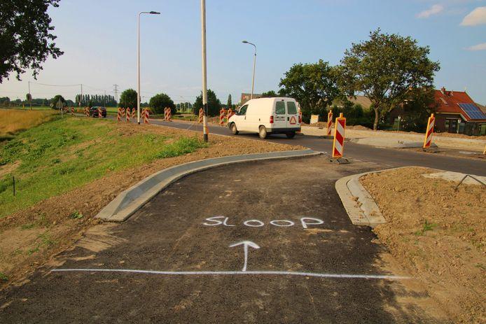 Op de rotonde in aanleg staat waar het te veel aan asfalt moet worden weggefreesd.