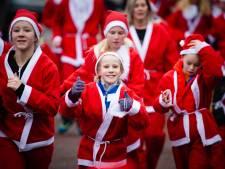 Honderden kerstmannen rennen Santa Run