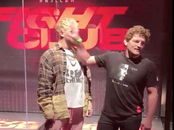 Ben Askren (rechts) duwt Jake Paul in het gezicht