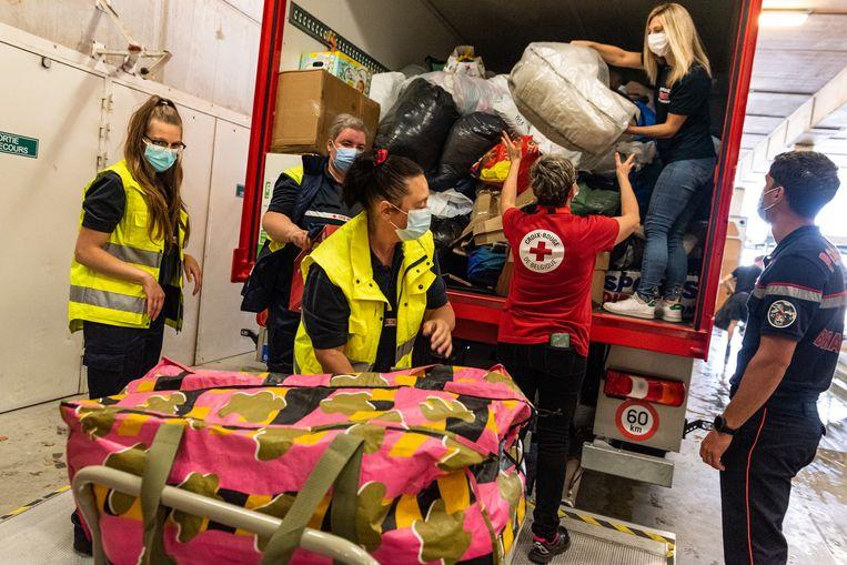 Vrijwilligers van het Rode Kruis tijdens een inzamelactie. Beeld Wouter Maeckelberghe