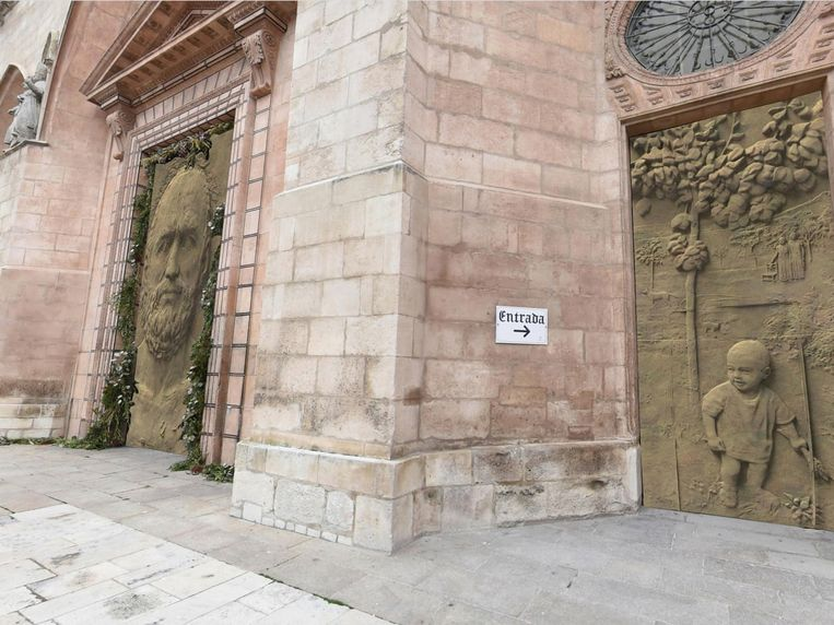 Impressie van de (nog niet geplaatste) nieuwe deuren van de kathedraal van Burgos. Beeld