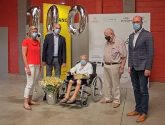 100-jarige Marie krijgt (nu pas) tweede coronaprik als 'verjaardagscadeau'