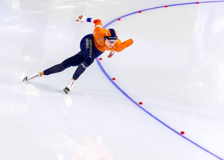 Femke Kok onderweg naar haar eerste individuele WK-medaille en het beste WK-resultaat ooit voor een Nederlandse vrouw op de 500 meter. Beeld Klaas Jan van der Weij / de Volkskrant
