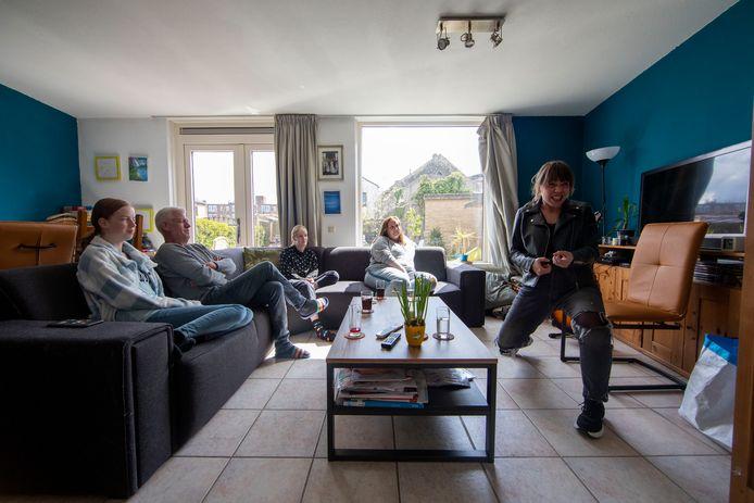 Anne Rats speelt de voorstelling OORLOG bij de familie Neuschwanger in Schiedam.