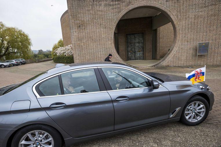 Waarnemend gouverneur in Limburg Johan Remkes arriveert bij het Provinciehuis.  Vorige week kondigde hij aan een groot onderzoek te beginnen naar mogelijke misstanden in de Limburgse politiek. Beeld ANP