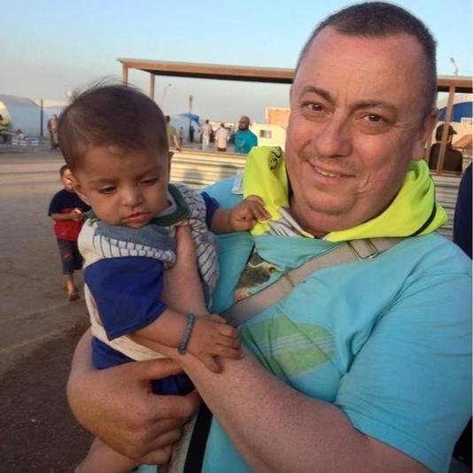 Alan Henning houdt een Syrische vluchteling vast bij de Turkse grens