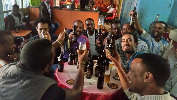 Proost! Ethiopiërs genieten zichtbaar van een Habeshabiertje.