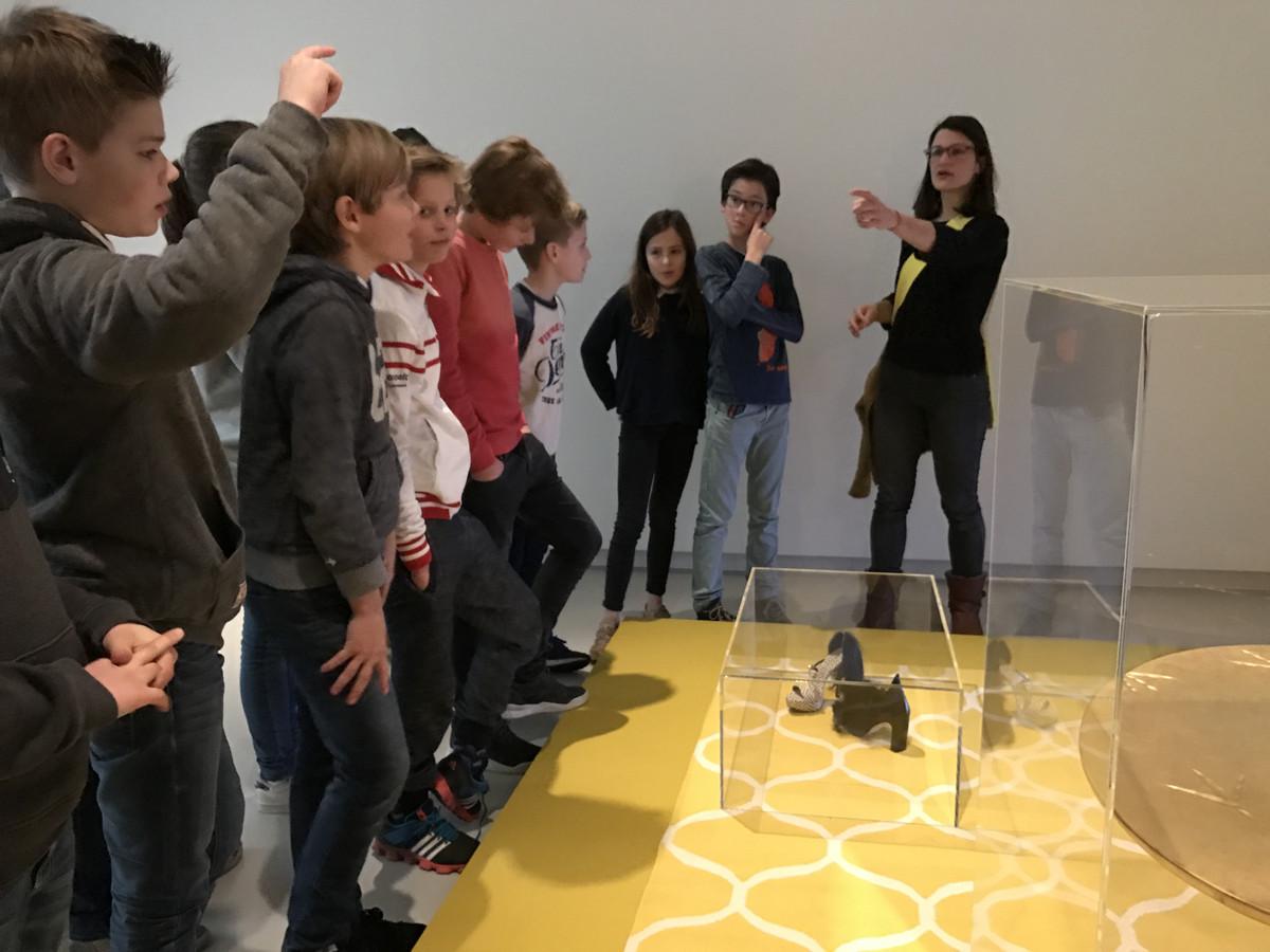 De leerlingen van de Schalm in Vught maken kennis met de kunstenaars Meret en Bart.