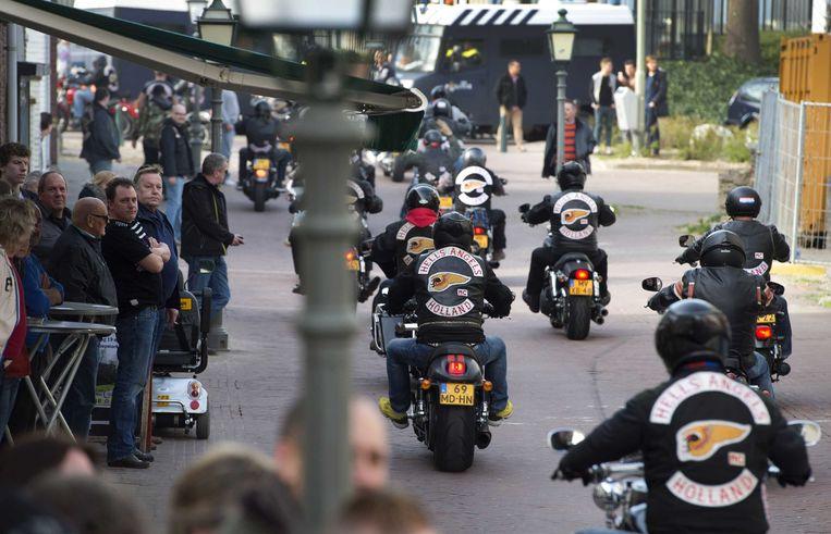 Leden van Hell's Angels rijden in het centrum van Sittard. Beeld ANP