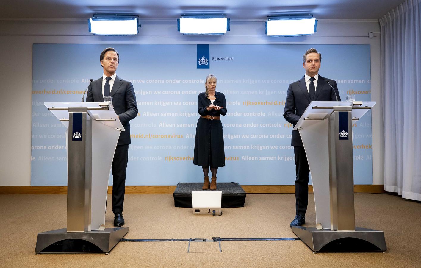 Premier Mark Rutte en minister Hugo de Jonge (Volksgezondheid, Welzijn en Sport) tijdens een persconferentie over de de coronamaatregelen.