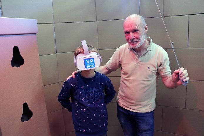 Hubert Willems test samen met een jonge bezoeker het nieuwe museum uit.