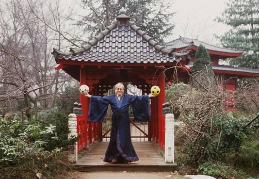 Gutendorf in 1985 als trainer van Yomiuri FC in een Japanse tuin.