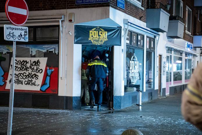 Voor de Poolse kledingwinkel woedde dinsdagavond brand.