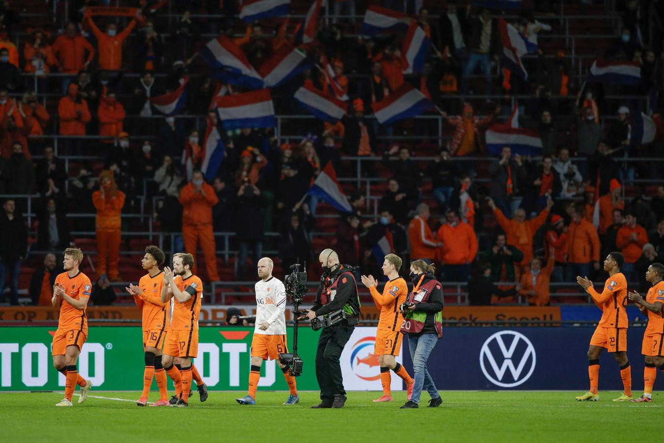 Oranje bedankt het publiek.