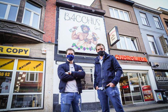 Andreas De Vroe en Pieter Toch voor hun nieuwe zaak in de Overpoortstraat.