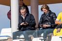 Willem II al gebeld? Even checken... Martin van Geel en Jan de Jong hebben het maar druk tijdens Feyenoord - Karlsruher SC.