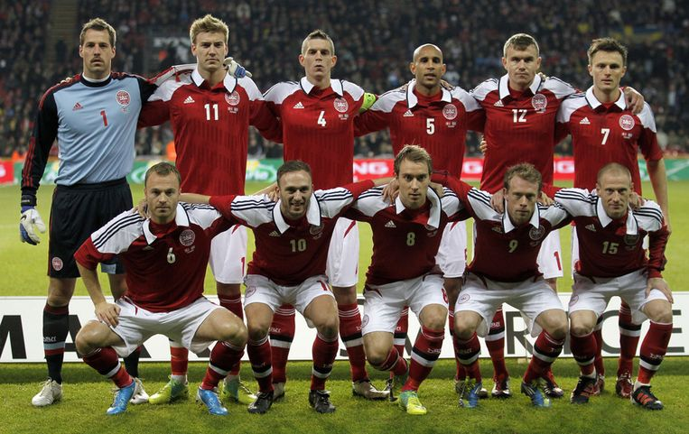 De Deense ploeg vs Zweden in november 2011. Boven: Sorensen, Bendtner, Agger, S.Poulsen, Bjelland, Kvist. Onder: Jacobsen, Rommedahl, Eriksen, Krohn-Deli en Zimling. Beeld AP