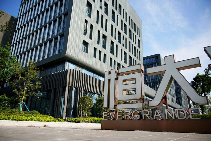 Un panneau Evergrande est vu au siège de l'Institut de R&D automobile Evergrande du groupe China Evergrande à Shanghai, en Chine, le 24 septembre 2021.