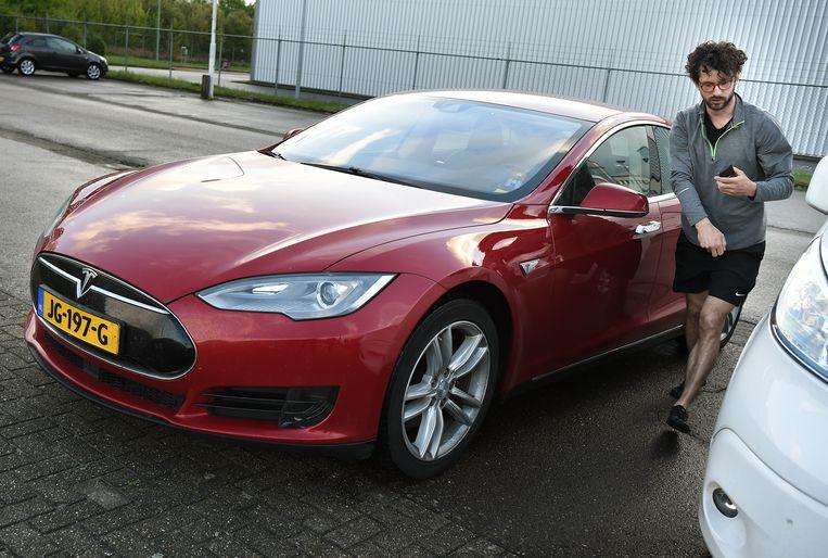De auto wordt in Helmond geparkeerd. Beeld Marcel van den Bergh / de Volkskrant
