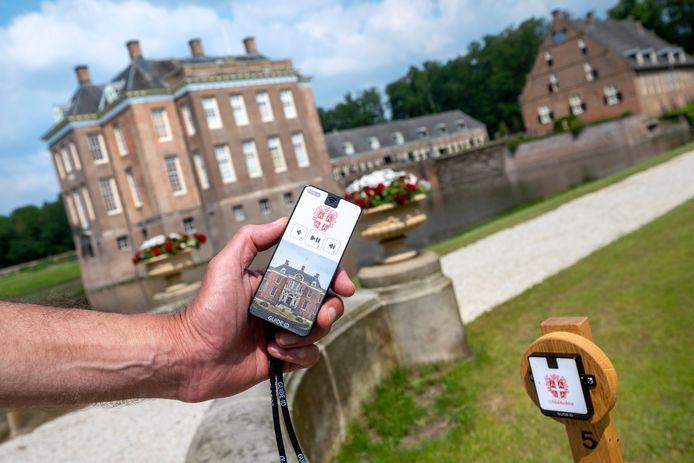 Bij de Oostparterre in de tuin van het kasteel. Het apparaatje is zojuist aan het paaltje draadloos gevuld met informatie.