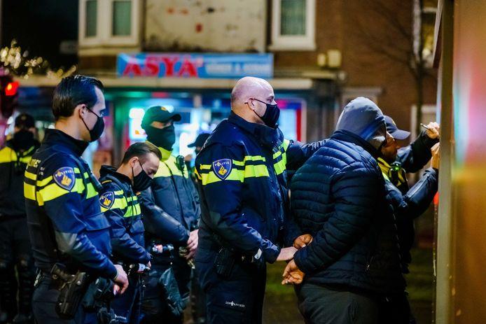 Twee mannen worden aangehouden op de Beijerlandselaan in Rotterdam-Zuid.