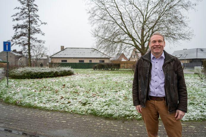 Schepen Geert Hermans op de plaats in de wijk Lentepark waar een nieuw buurtparkje zal ingericht worden.
