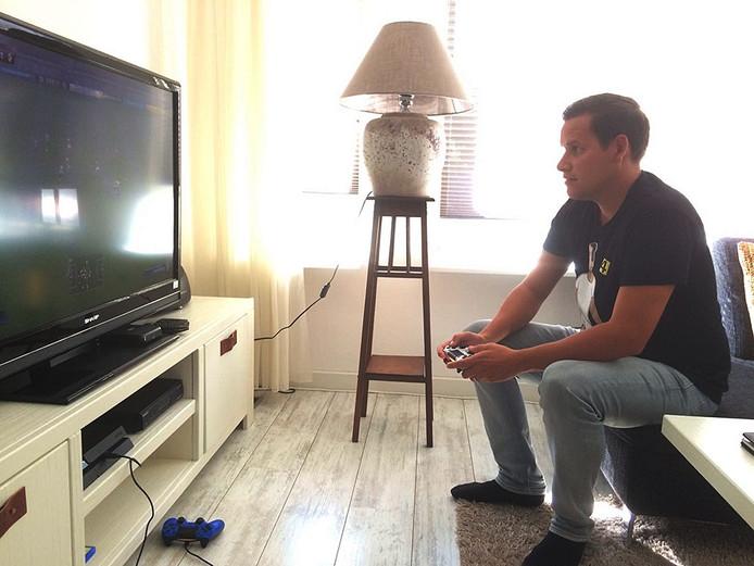 Niels Slager speelt FIFA 17 op de Playstation4.