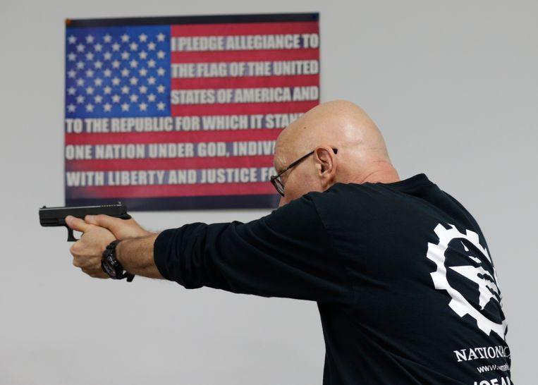 Mike Weinstein van de National Armory Gun Store and Gun Range schiet met een Glock 9mm handwapen (Archiefbeeld). Beeld AP