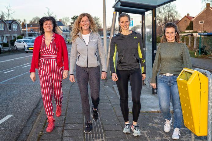 De redders bij het door het ongeval gehalveerde bushokje, de prullenbak is al teruggezet. Van links naar rechts: Vivienne Aalders, Esther Coran, Jolanda Droogh en Wendy ten Brummeler.
