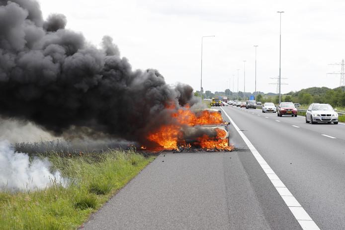 Op de A73 bij Beers is een auto geheel uitgebrand.