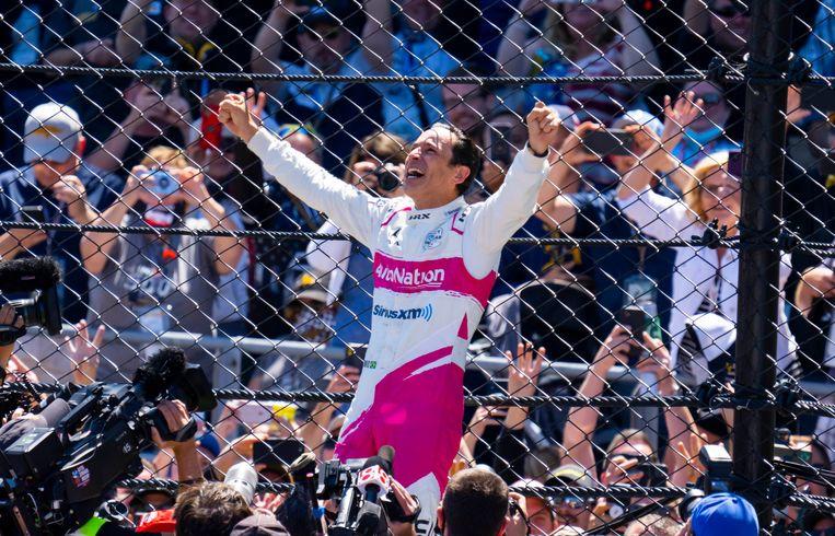 Castroneves viert zijn winst. Beeld USA TODAY Sports