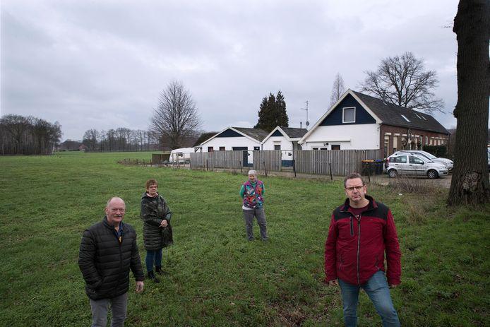 Bewoners van de Misterweg zijn niet blij met een eventueel bedrijventerrein achter hun woningen. Vlnr Dick Beekman, Henriëtte Beekman, Ina Hol en Hendry Fokkert.