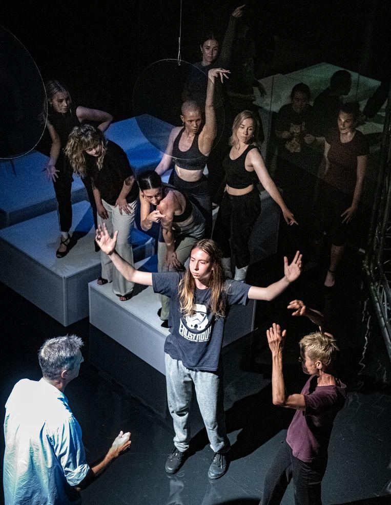Linksonder choreograaf Adriaan Luteijn tijdens een repetitie van Introdans.  Beeld Koen Verheijden