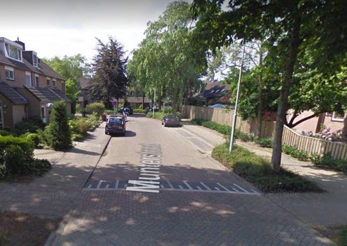 De verdachte werd uiteindelijk in de Munterstraat aangehouden.