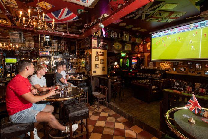 In Robert's Pub kon er naar de halve finale Engeland-Denemarken gekeken worden, maar er was niet veel belangstelling voor.