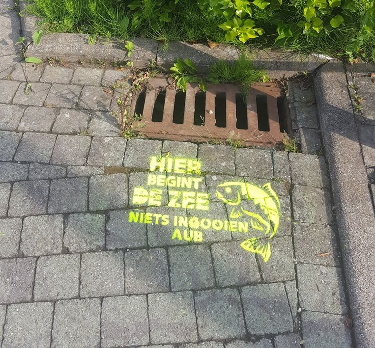 Aan dit rioolputje aan de achterkant van het stadhuis werd een slogan aangebracht.